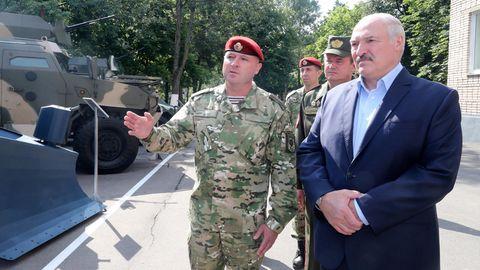 Minsk: Alexander Lukaschenko inspiziert Polizeifahrzeuge,