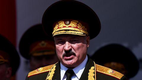 Minsk: Alexander Lukaschenkohält eine Rede bei einer Militärparade.