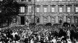 """1. August 1914: AlsKaiser Wilhelm II. von seinem Balkoneinen Weltkrieg begann  """"Will unser Nachbar es nicht anders, gönnt er uns den Frieden nicht, so hoffe ich zu Gott, dass unser gutes deutsches Schwert siegreich aus diesem schweren Kampfe hervorgeht"""", verkündet Kaiser Wilhelm II. an diesem Tagvom Balkon seines Schlosses in Berlin. Ein Fotograf hält den Augenblick fest. Mit diesem Worten erklärte das Deutsche ReichRussland und somit auch den anderen Entente-Mächten den Krieg.Am Tag darauf besetzen deutsche Truppen ohne offizielle Kriegserklärung Luxemburg und marschieren in Belgien ein. Der Anfang einer Katastrophe. Der Erste Weltkrieg nimmt seinen Lauf."""