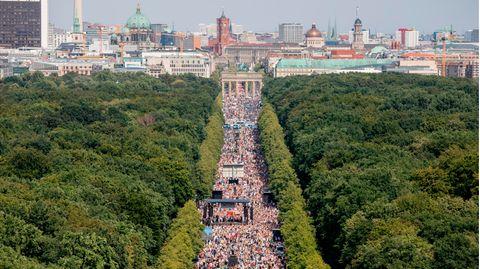 Dicht gedrängt und ohne die Abstandsregeln zu beachten stehen Tausende bei einer Kundgebung gegen die Corona-Beschränkungen