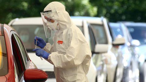 Mamming: Gesundheitspersonal sammelt Proben in einer behelfsmäßigen COVID-19-Teststation.