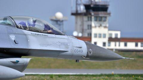 Rheinland-Pfalz, Spangdahlem: Ein Kampfflugzeug vom Typ F-16 Falcon, aufgenommen auf der US-Airbase.