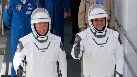 Die US-Astronauten Robert Behnken (r) und Douglas Hurley