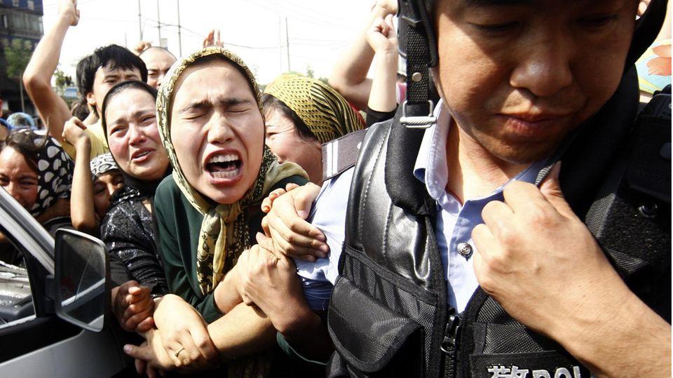 Uigurische Frauen bei der Demonstration im vergangenen Jahr in Chinas Provinz Xinjiang