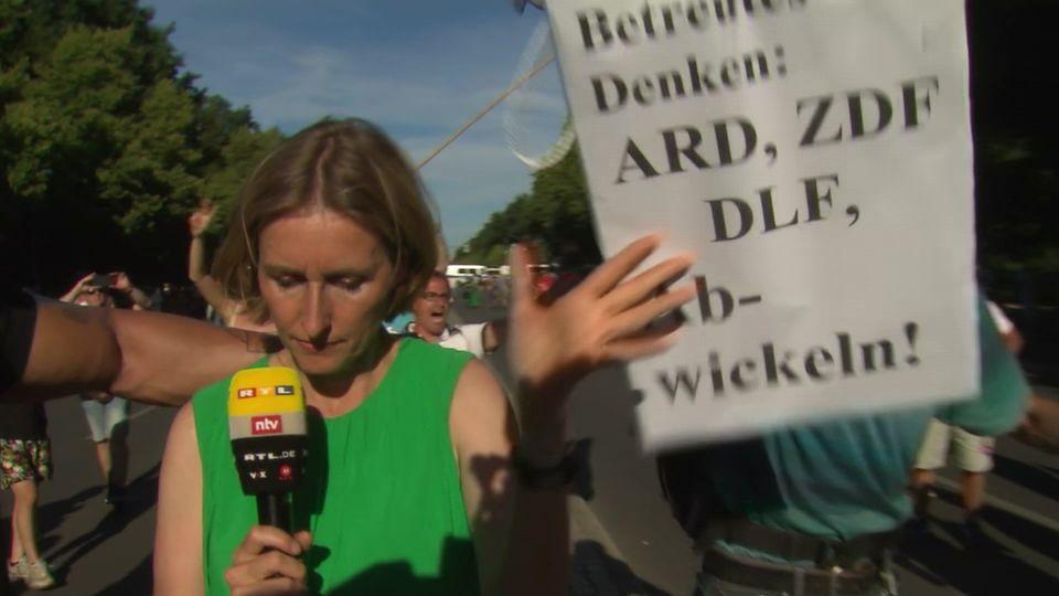 ntv-Reporterin Doro Steitz muss Dreh bei Corona-Demo in Berlin abbrechen