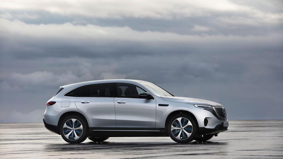 Der Mercedes EQC ist ein großer SUV mit einer ausgefeilten Aerodynamik. Seine große Batterie macht ihn langstreckentauglich.