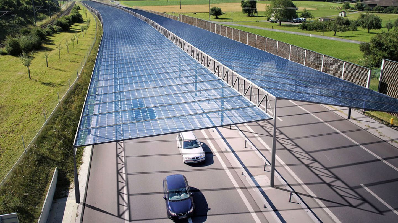 Mit Solarpanelen überdachte Straßen könnten einen Beitrag zur Energiewende leisten, doch es gibt noch einige Haken.
