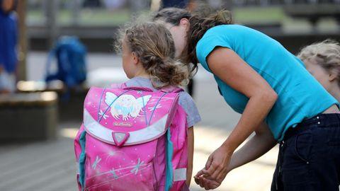Eine Schülerin In Rostock wird von ihren Eltern vor der Schule verabschiedet