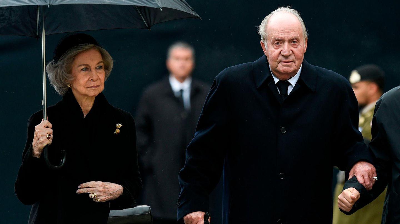 Juan Carlos und seine Ehefrau Sofia tragen schwarze Kleidung