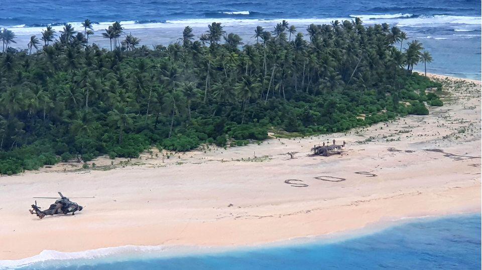 Ein Rettungshubschrauber holt Gestrandete von einer Insel