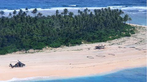 Ein weißer Strand mit großen SOS-Buchstaben