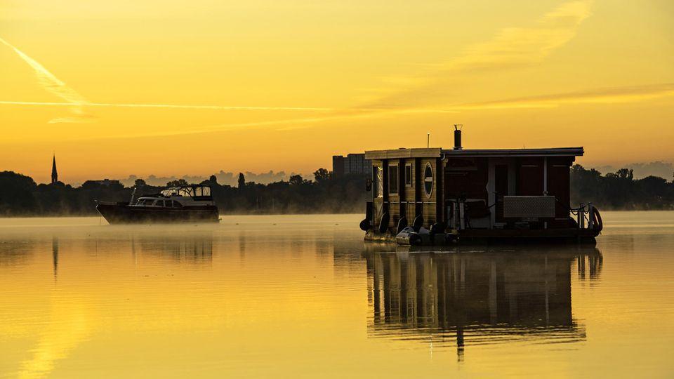 Sonnenaufgang über dem Tegeler See in Berlin
