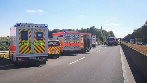 Rettungsfahrzeuge stehen nach dem Unfall auf der A46