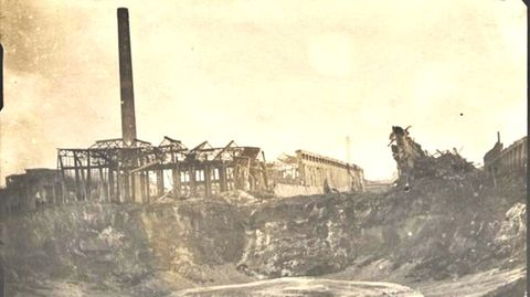 Explosionkrater im BASF-Werk Oppau nach der Detonation 1921