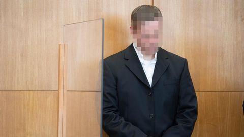 Der mutmaßliche Haupttäter Stephan Ernst steht an seinem Platz der Anklagebank im Gerichtssaal