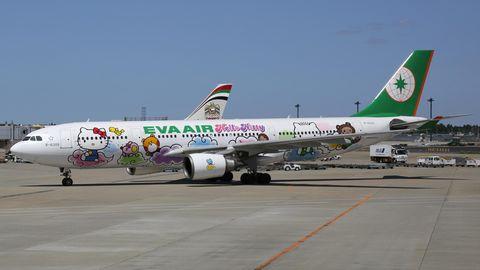 """Ein Flugzeug mit """"Hello Kitty""""-Lackierungen."""