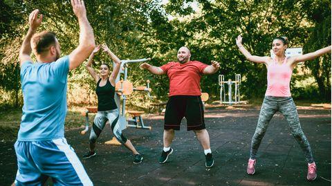 Neue Richtlinie Übergewicht: Menschen machen Sport