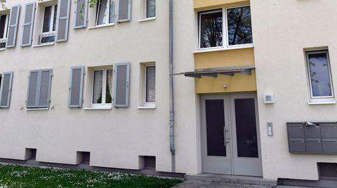 Aus dem zweiten Stock dieses Wohnhauses soll der Angeklagte das zwei Monate alte Baby geworfen haben