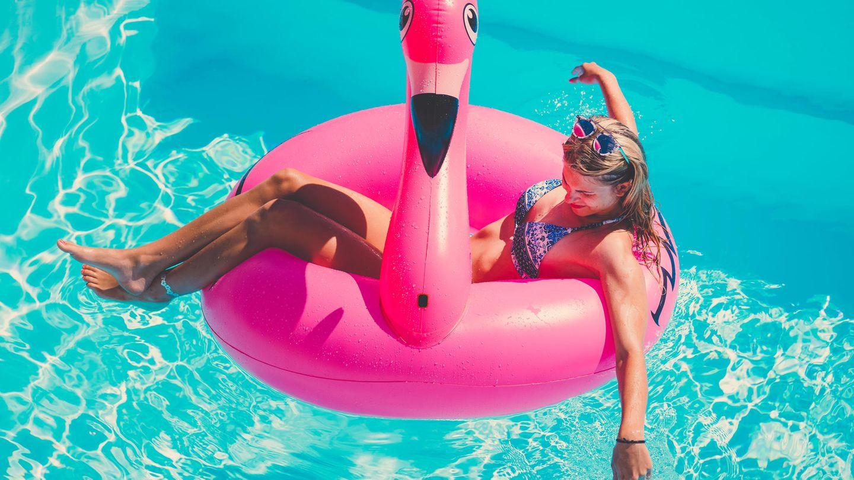Ein aufblasbarer Flamingo ist ein beliebtes Poolspielzeug