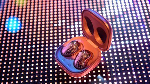 Die bohnenförmigen In-Ear-Kopfhörer Galaxy Buds Live sollen laut Samsung dank ihres recht großen Speakers und dem ausgelagerten Basskanal einen satten Sound erzeugen. Da sie auch noch Noise-Cancelling unterstützen, sind sie klar als Samsungs Antwort auf Apple AirPods Pro zu verstehen.