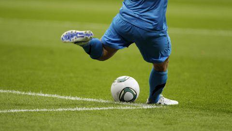 Eine Frau kickt einen Fußball