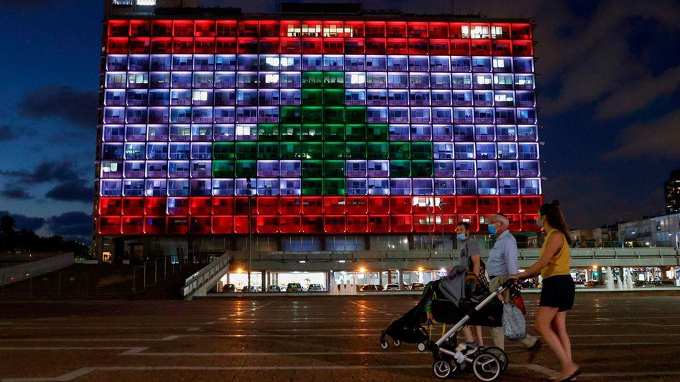 Das Rathaus von Tel Aviv erstrahlte in den Farben der libanesischen Fahne