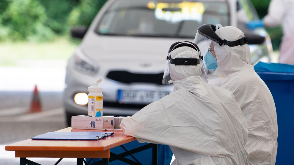 Mamming: Ein Auto mit zwei Personen fährt in eine Corona-Teststation auf einem Dorfplatz