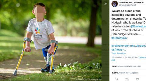 Tony läuft an seinen Gehhilfen durch einen Park