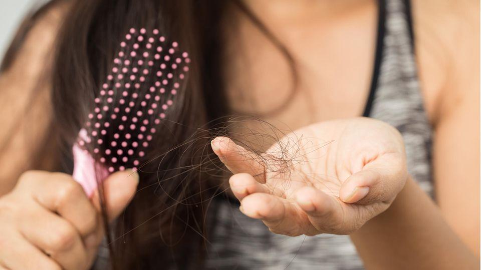 Die Diagnose: Sie hat schmerzhaften Haarausfall. Eine Spezialistin kennt die Ursache, die viele Frauen quält