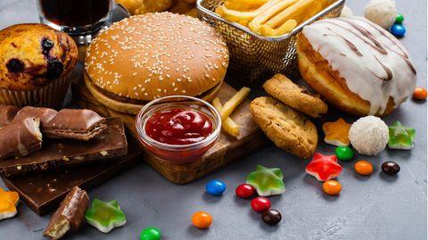 Lebensmittel, wie Burger und Pommes, die bei häufigem Konsum zu Übergewicht führen können