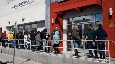 Wie hier in Las Vegas stehen Menschen überall in den USA Schlange vor den Jobcentern, um Arbeitslosenhilfe zu beantragen