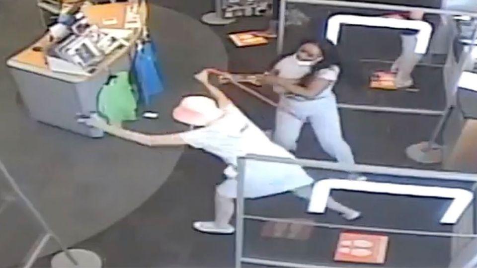 USA: Masken-Streit eskaliert – Frau wird brutal zu Boden gerissen
