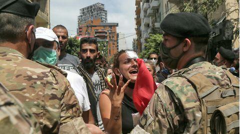 Soldaten stehen Anwohnern gegenüber, der im Stadtviertel Achrafieh demonstrieren
