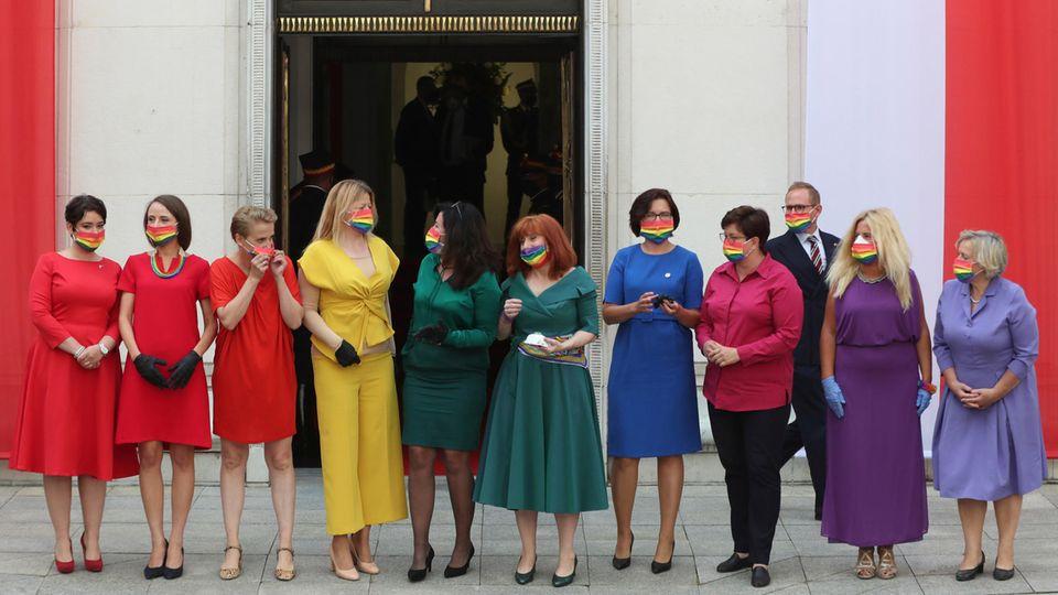 Warschau, Polen. Der alte und neue Präsident Polens, Andrzej Duda, hat im Wahlkampf auchauf die in Polen weit verbreitete Homophobie gesetzt. Dagegen regte und regt sich oft Protest - so wie aktuell, als Abgeordnete des linken Parteienbündnisses ander Amtseinführung Dudas mit Regenbogen-Masken erscheinen.