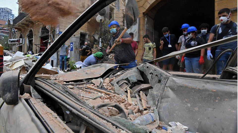Beirut: Helfer im besonders schwer betroffenen Stadtteil Gemmayzeh räumen Schutt beiseite