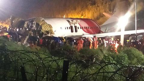 Rettungskräfte an dem verunglückten Flugzeug