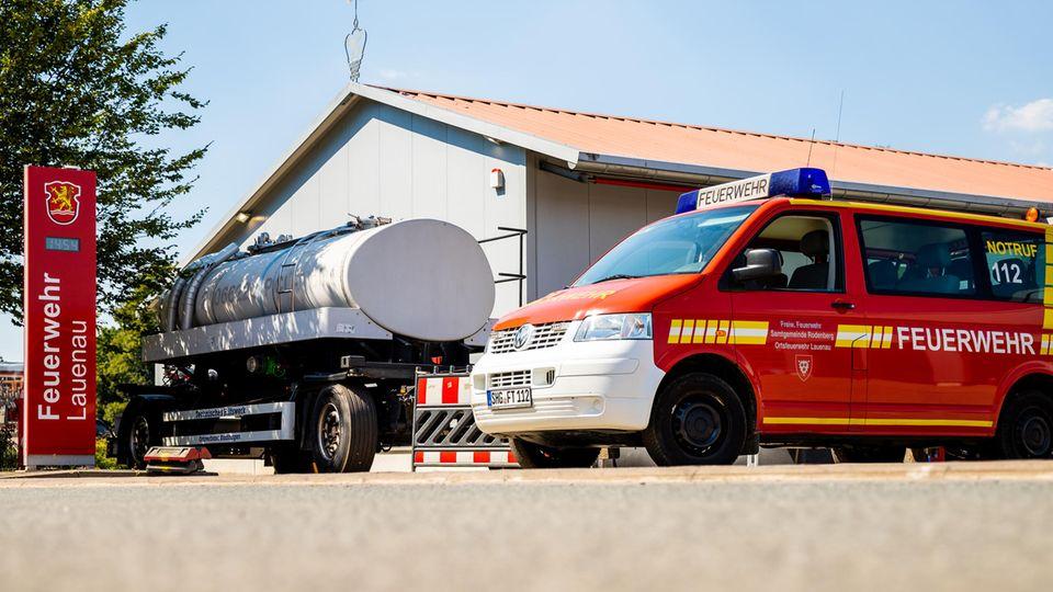 Ein Tankanhänger des Technisches Hilfswerkes (THW) mit Brauchwasser steht auf dem Hof der Freiwilligen Feuerwehr