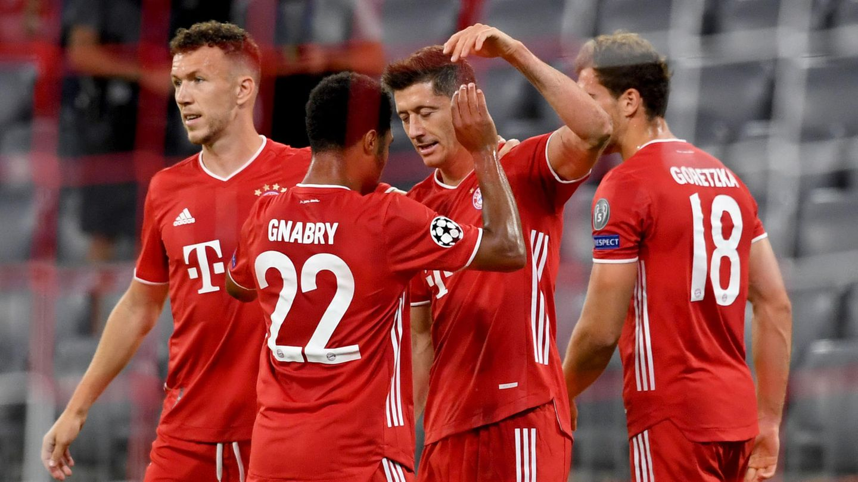 Robert Lewandowski (2.v.r.) jubelt nach seinem Treffer zum 1:0 mit Ivan Perisic (l), Serge Gnabry undLeon Goretzka