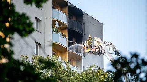 Feuerwehrleute bekämpfen den Brand in dem Hochhaus
