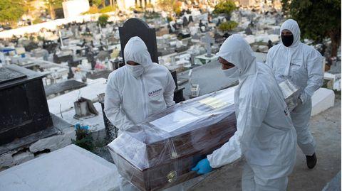 Friedhofsmitarbeiter vor einer Bestattung auf einem brasilianischen Friedhof