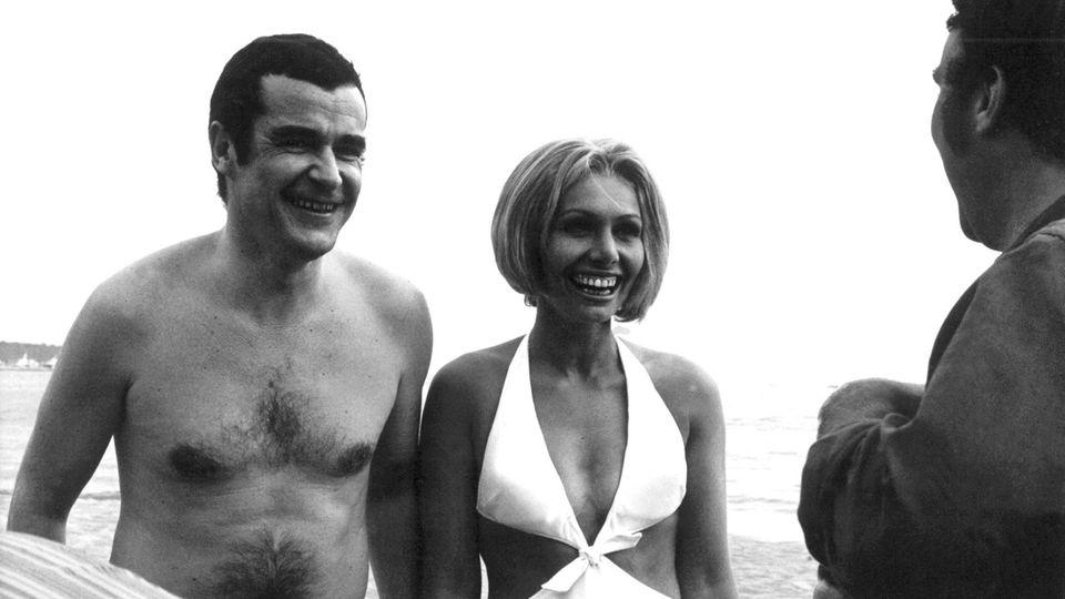Die deutschen Aufklärer Oswalt Kolle (l.) und Ruth Gassmann nach einem Bad am Strand