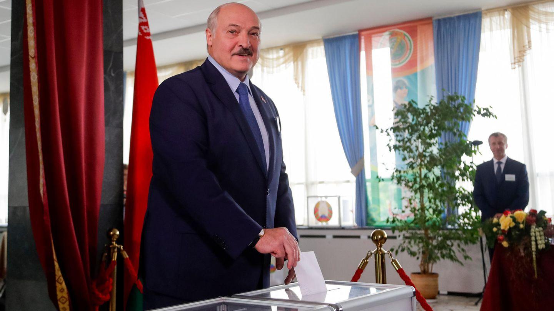 Alexander Lukaschenko bei der Abgabe seines Stimmzettels in der weißrussichen Hauptstadt Minsk