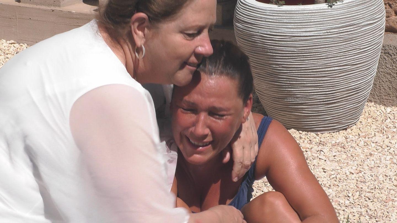 TV-Kritik Promi Big Brother: Simone Mecky-Ballack kämpft mit den Tränen. Kathy Kelly tröstet.