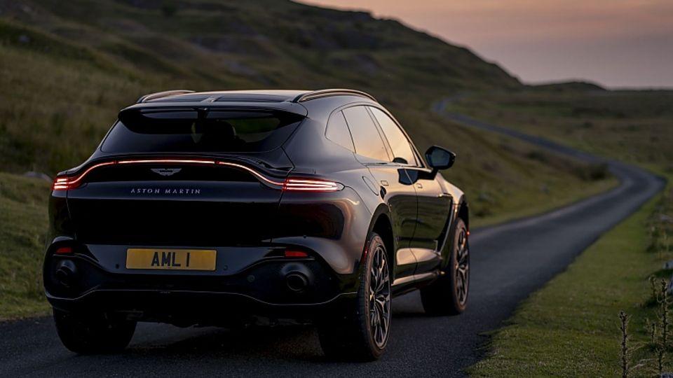 Dank der Höchstgeschwindigkeit von 291 km/h zeigt der Aston Martin DBX den meisten Verkehrsteilnehmern die Rücklichter