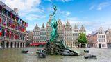 Bild 1 von 29der Fotostrecke zum Klicken:Belgien -TEILWEISE REISEWARNUNG  Touristen aus Deutschland können einreisen. Einige deutsche Regionen - darunter Hamburg, Niederbayern und Düsseldorf - stuft das belgische Außenministerium jedoch als orangene Zonen ein. Einreisenden aus diesen Gebieten wird eine 14-tägige häusliche Quarantäne und ein Test empfohlen. Am Flughafen der Hauptstadt Brüssel wird mit Wärmekameras die Temperatur aller Passagiere gemessen. Bei mehr als 38 Grad könnte die Einreise verweigert werden.      Wegen steigender Corona-Fallzahlen hat Belgien die Beschränkungen wieder verschärft. Auf öffentlichen Plätzen mit viel Publikum sowie in Bussen und Bahnen, Museen und Geschäften gilt eine Maskenpflicht. Gäste in Kneipen und Restaurants müssen Kontaktdaten hinterlassen. Vor allem in Brüssel und der Provinz Antwerpen hat sich die Situation verschlechtert. Das Auswärtige Amt rät deshalb bereits seit dem 5. August von touristischen Reisen nach Antwerpen und seit Freitag auch nach Brüssel ab. Wer von dort nach Deutschland zurückreist, muss sich testen lassen. An der Nordseeküste müssen sich Urlauber und Einheimische für Strandbesuche teils vorher anmelden.