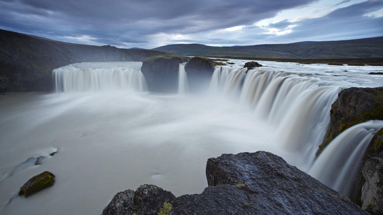 Island  Die stark vom Tourismus abhängige Nordatlantik-Insel führte Mitte Juni die Möglichkeit ein, sich direkt bei der Einreise auf Corona testen zu lassen und somit einer 14-tägigen Quarantäne nach der Ankunft zu entgehen. Für deutsche Island-Abenteurer fiel diese Maßgabe weg, weshalb sie sich auch ohne Test auf die Suche nach Gletschern und Geysiren machen konnten.      Angesichts der international wie auch auf Island wieder steigenden Zahlen gibt es nun eine grundlegende Änderung: Jeder Reisende muss sich mittlerweile bei Ankunft auf Corona testen lassen, ein zweiter Test steht dann fünf bis sechs Tage später an. In der Zwischenzeit muss man sich in Quarantäne begeben. Wer dieses Prozedere nicht mitmachen will, der muss sich für 14 Tage in Quarantäne begeben. Das Auswärtige Amt rät derzeit wegen der Regelungen von touristischen Reisen nach Island ab.
