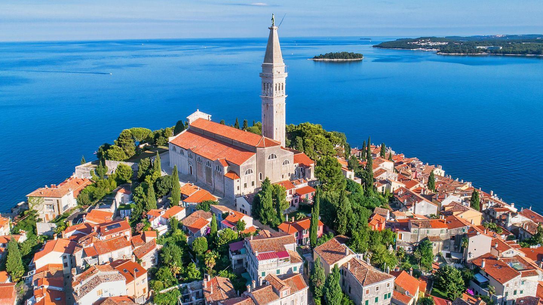 Kroatien - TEILWEISE REISEWARNUNG  Wegen der gestiegenen Zahl von Corona-Neuinfektionen hat das Auswärtige Amt für zwei südliche Verwaltungsbezirke in Kroatien, die sogenannten Gespanschaften ?ibenik-Knin sowie Split-Dalmatien eine Reisewarnung ausgesprochen. Deutsche und Bürger aus anderen EU-Staaten dürfen ohne Nachweis bestimmter Gründe einreisen. Die Reisenden müssen an der Grenze nur erklären, wo sie sich aufhalten werden und wie sie erreichbar sind.      Damit sollen sie gefunden werden können, wenn es in ihrer Umgebung neue Corona-Infektionen gibt. Ein entsprechendes Formular kann vor Reiseantritt aus dem Internet heruntergeladen werden. An den Stränden gelten Abstandsregeln, eine Überbelegung soll verhindert werden. In Geschäften und öffentlichen Verkehrsmitteln gilt eine Maskenpflicht.