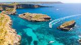 """Malta  Nach Malta dürfen Bürger aus Deutschland, Österreich, der Schweiz und vielen weiteren Ländern Europas, die als """"sicher"""" eingestuft sind, in der Regel ohne Beschränkungen einreisen. Allerdings dürfen sie in den vergangenen 14 Tagen nicht außerhalb der """"sicheren"""" Länder gewesen sein. Die Regierung aktualisiert eine entsprechende Liste je nach Lage. Nach Angaben des Auswärtigen Amts messen die Malteser bei der Ankunft die Körpertemperatur. Liegt sie bei 37,2 Grad Celsius oder höher, wird ebenfalls ein Corona-Test durchgeführt. Bars und Tanzlokale sind dicht. Es dürfen sich höchstens 15 Menschen treffen."""
