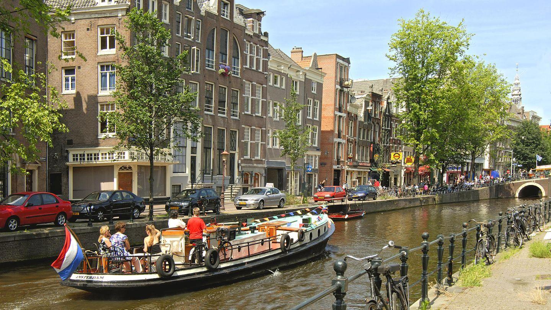 Niederlande  Für Deutsche ist der Holland-Urlaub weiter möglich. Die Hauptstadt Amsterdam hat Touristen aufgerufen, auf Besuche am Wochenende zu verzichten - aus Sorge vor einer zweiten Corona-Welle. Tagesgäste sollten ihren Besuch lieber auf Montag bis Donnerstag verschieben. Von den schnell zunehmenden Neu-Infektionen sind besonders Amsterdam und Rotterdam betroffen. Dort gelten dann auch die strengsten Regeln. An belebten Plätzen, Geschäften in der City und dem Rotlichtviertel muss Gesichtsmaske getragen werden.      Premier Mark Rutte ermahnte Touristen dringend, Gedränge in Amsterdam zu meiden. Der Zustrom von Touristen hat so zugenommen, dass der Sicherheitsabstand von 1,5 Metern nicht einzuhalten ist. Dieser ist Pflicht, auch in Geschäften und an Stränden. Ein Platz in Kneipen und Restaurants muss reserviert werden, Gäste müssen ihre Kontaktdaten hinterlassen. In öffentlichen Verkehrsmitteln gilt eine Maskenpflicht. Touristen sollen aber Bus, Bahn oder Metro möglichst nicht zu Stoßzeiten nutzen.