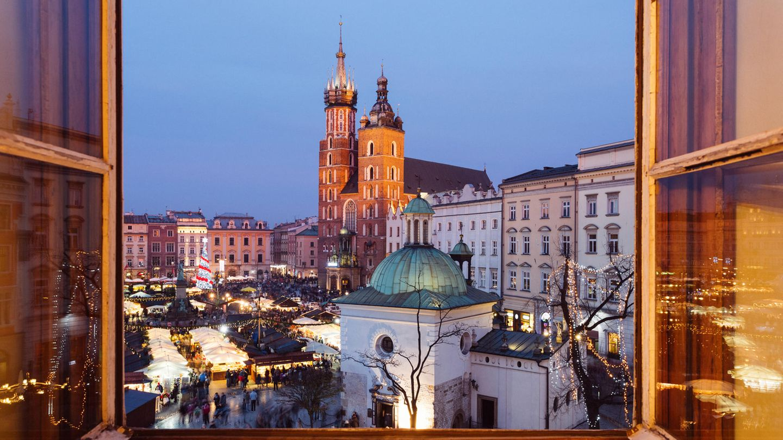 Polen  Das Land hat seine Grenzen zu allen EU-Nachbarländern geöffnet. Einreisende EU-Ausländer und Polen müssen nicht in Quarantäne. Hotels, Einkaufszentren sowie Restaurants und Cafés sind geöffnet. Das gleiche gilt für Friseursalons und Kosmetikstudios. Auch Schwimmbäder und Fitnessstudios sind in den meisten Regionen in Betrieb.      Angesichts eines wieder wachsenden Infektionsgeschehens, besonders im Süden und Südosten des Landes, können Fitnessstudios allerdings regional geschlossen werden, wenn das Gesundheitsamt dies empfiehlt. In Polen gilt eine Maskenpflicht in öffentlichen Verkehrsmitteln, in Restaurants, Geschäften und Museen. Die Zugverbindungen zwischen Deutschland und Polen laufen planmäßig. Seit einigen Wochen fliegt die polnische Fluglinie Lot wieder Ziele im Ausland an, darunter auch Hamburg, Frankfurt und Berlin.